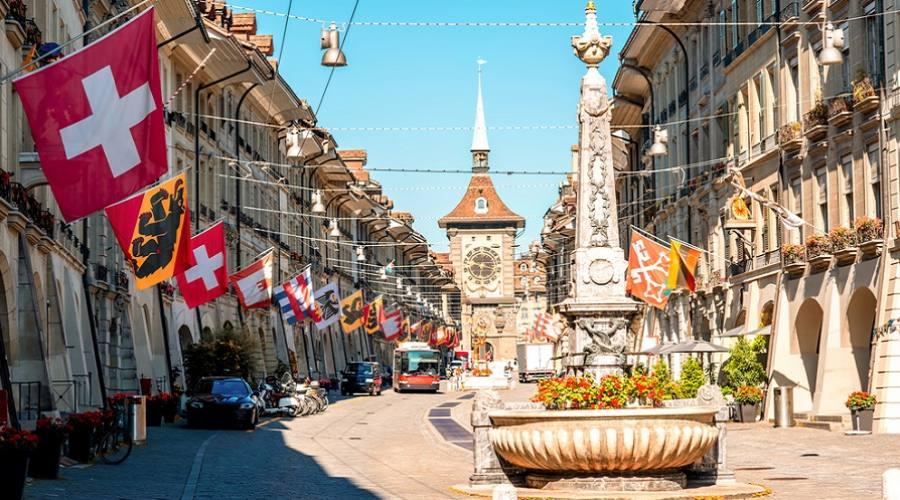 Strada Kramgasse con la torre dell'orologio nel centro storico di Berna