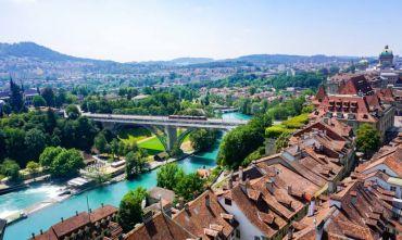 I laghi svizzeri viaggiando in treno
