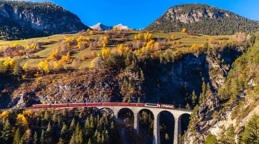 Il treno della Ferrovia Retica che corre sul famoso Viadotto Landwasser