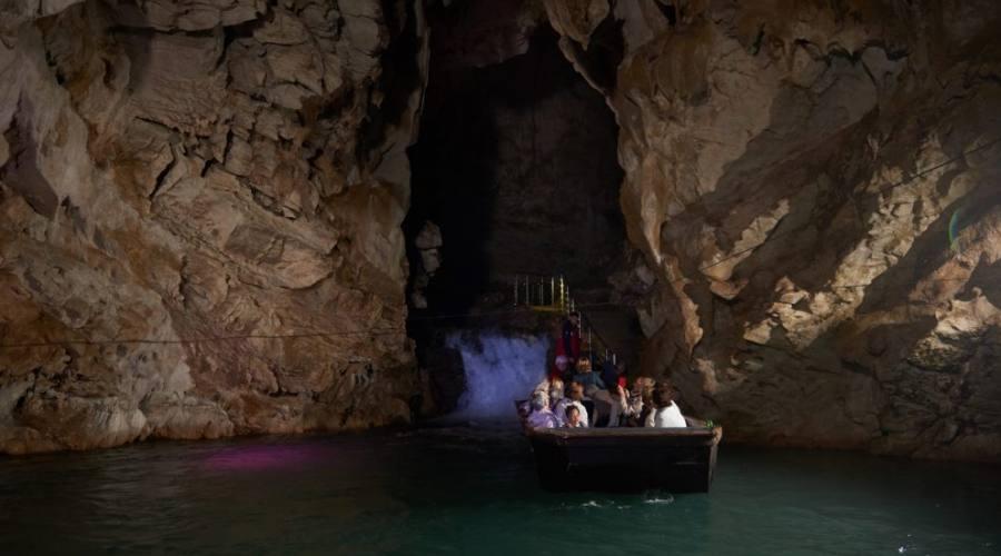 Giro in barca nelle Grotte di Pertosa