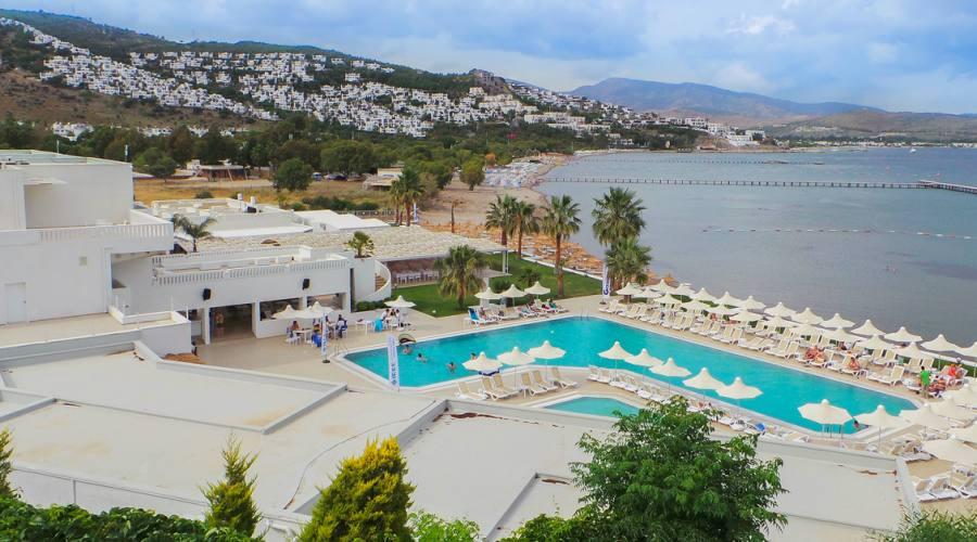 vista piscina e mare