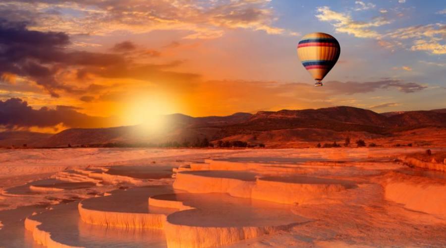 Viaggio in mongolfiera durante il tramonto di Cappadocia