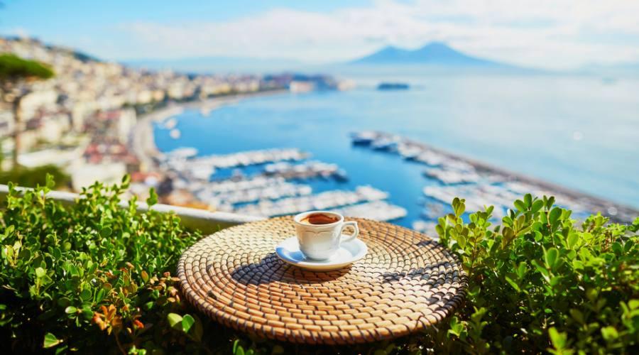 Un caffè con vista sul Vesuvio a Napoli