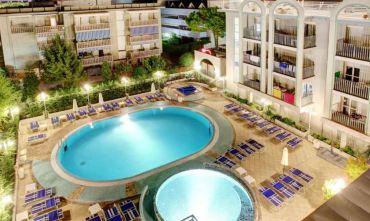 Un elegante hotel 4 stelle con piscina per adulti e bambini