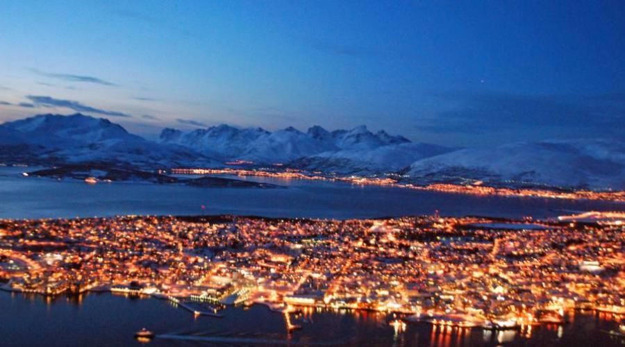 Tromso nella luce serale (Knut Hansvold_www.nordnorge.com)
