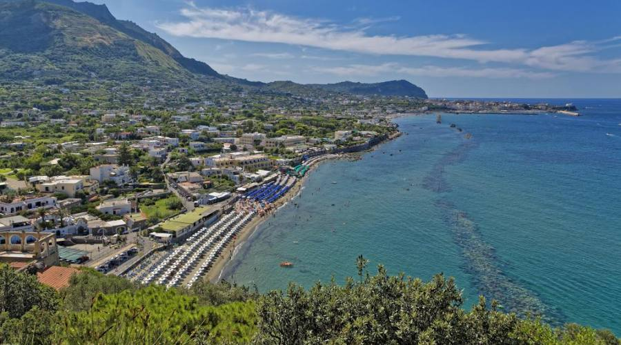 La spiaggia ed il resort visti dall'alto