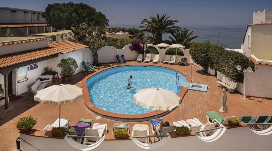 Una piscina esterna