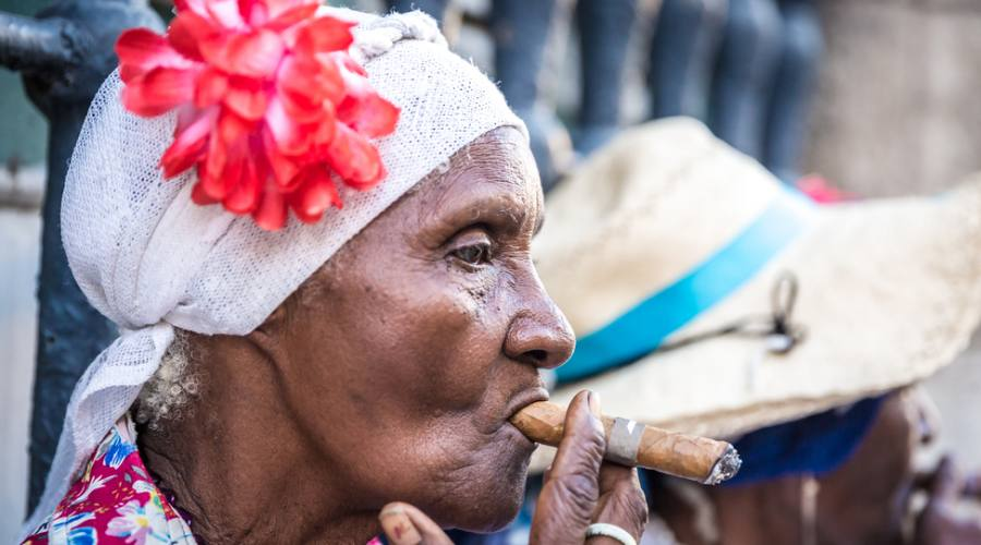 donne col sigaro cubano
