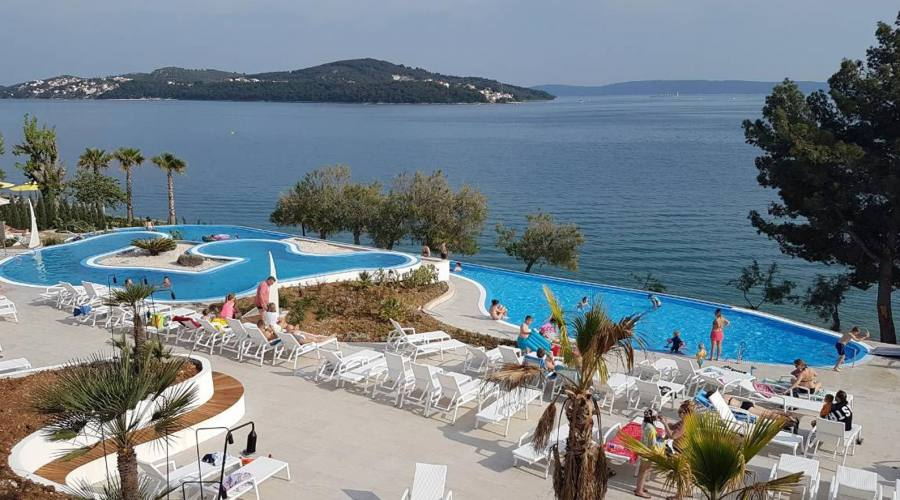 Panoramica sulla piscina e il mare