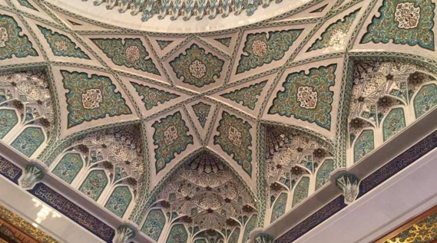 L'interno della Grande Moschea del Sultano Qabus a Muscat
