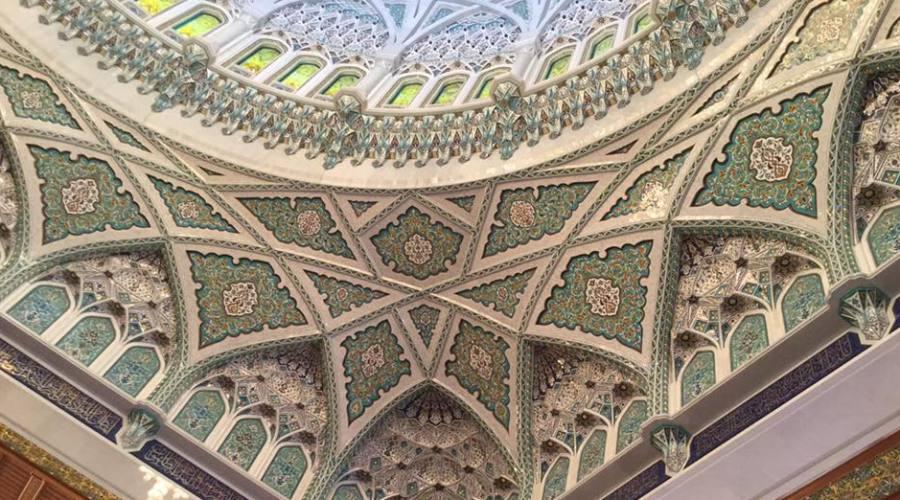 Un particolare del soffitto della Grande Moschea del Sultano Qabus di Muscat