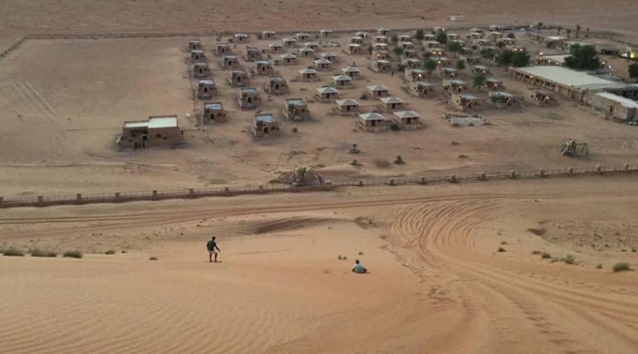 Un campo tendato nel deserto