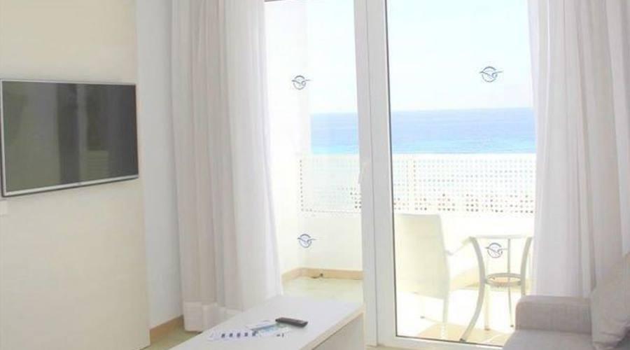 ambiente della camera con il balcone
