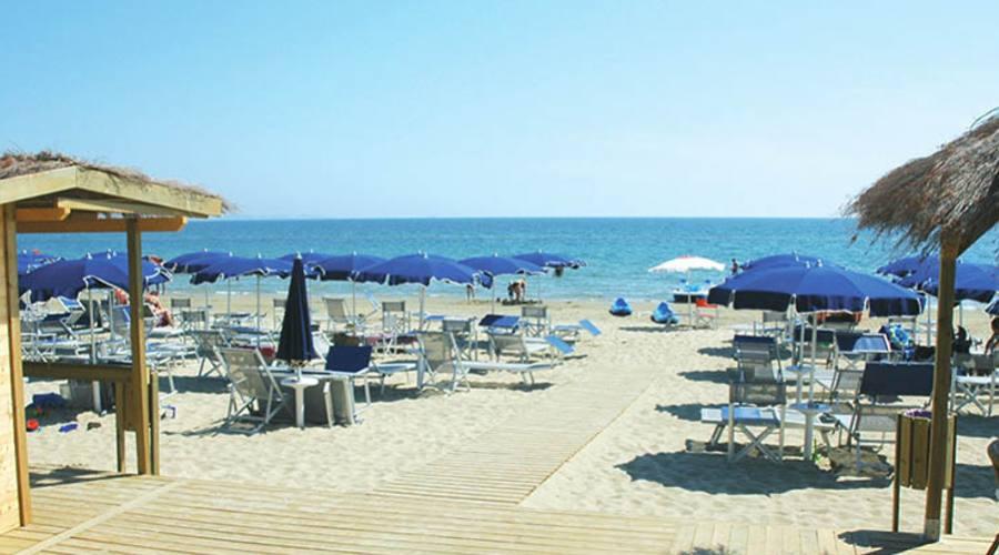 Spiaggia con passerelle e sedia job