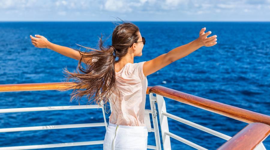 Donna nella nave che gode della vacanza nel mare Egeo