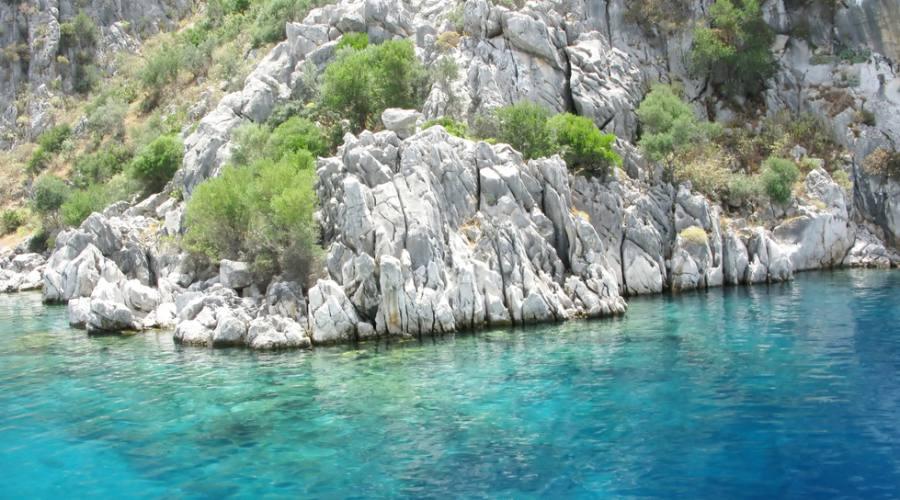 Vista del paesaggio del mare Egeo delle montagne di acqua e scogliera