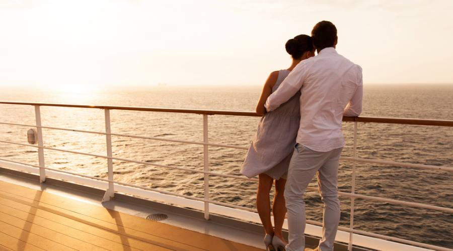 Una coppia che ammira il tramonto sulla nave da crociera