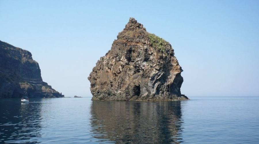 Vista del Faraglione in Pantelleria