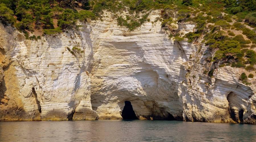 Escursione in barca verso le grotte